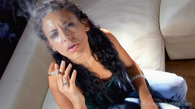 Aisha raucht beim Tanzen