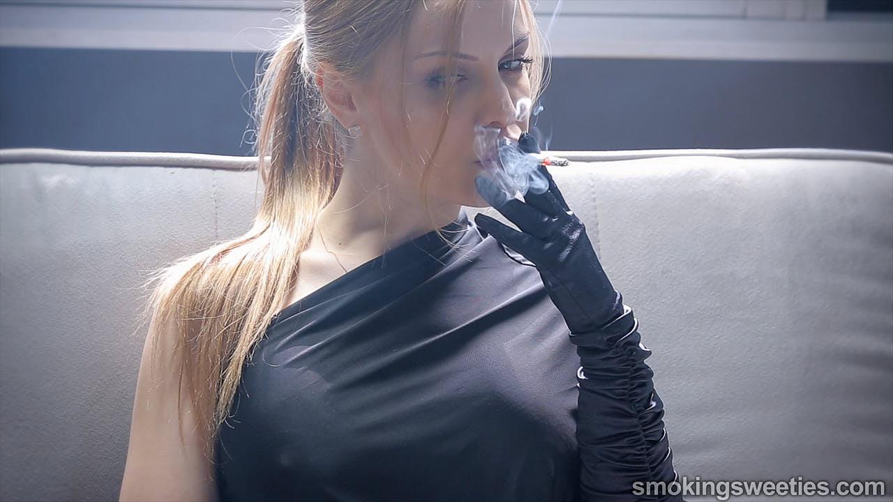 Alexia: Flash Smoking 7 Cigarettes