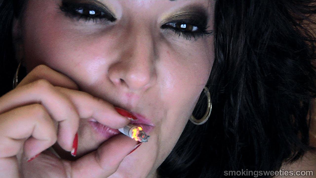 Alexxxya: Feeding her Smoking Fetish