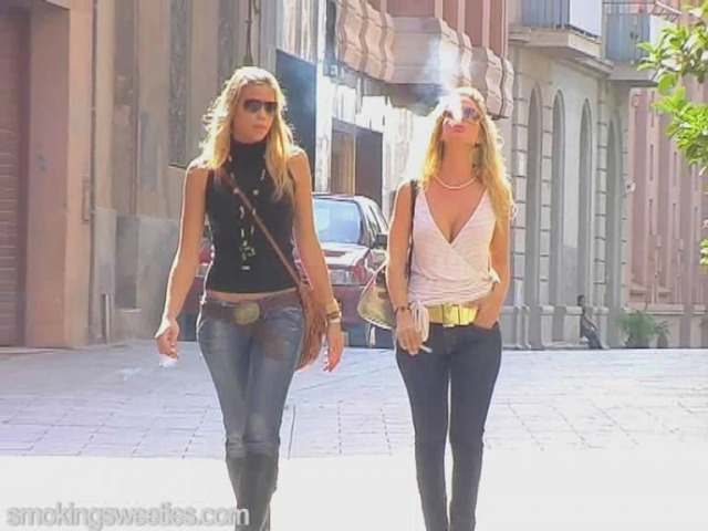 Amigas fumando en la calle