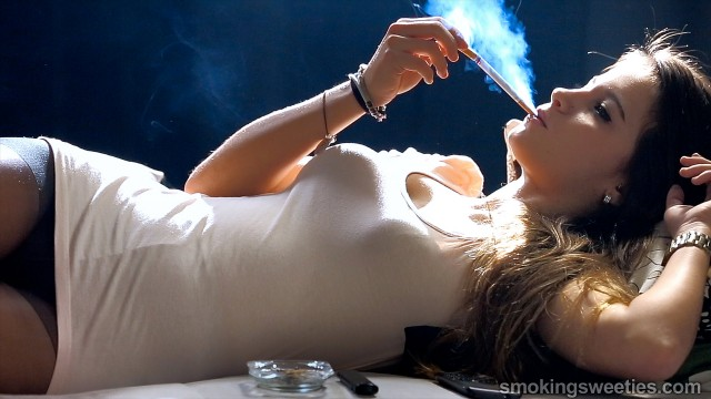 Ariadna: Teenager's Deep Smoking Style
