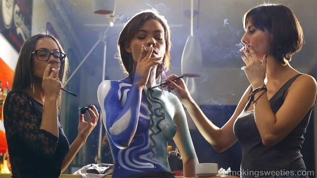Berlainy: Smoking with bodypainting artists