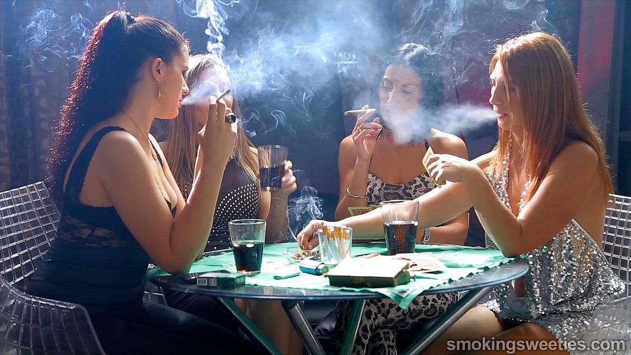 4 fumeuses expérimentées jouant aux cartes