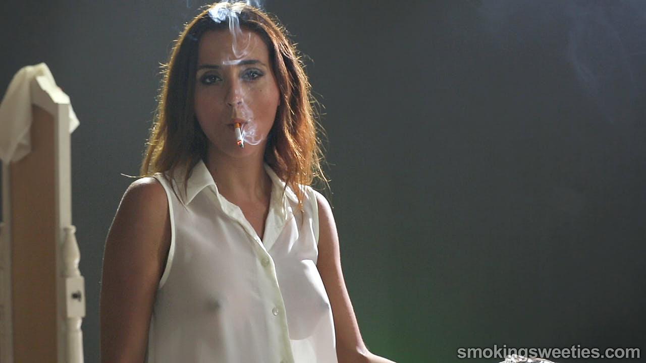 Estefania: Sexy power-smoking body