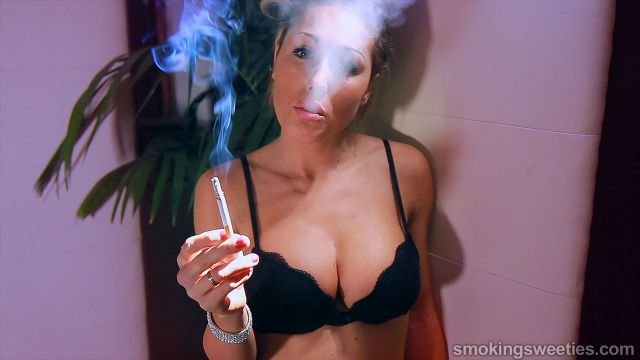 Gwen: Addicted girl in lingerie