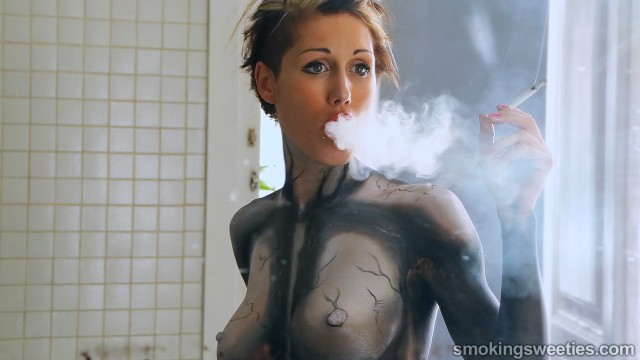 Gwen: Heavy smoker gets bodypainted