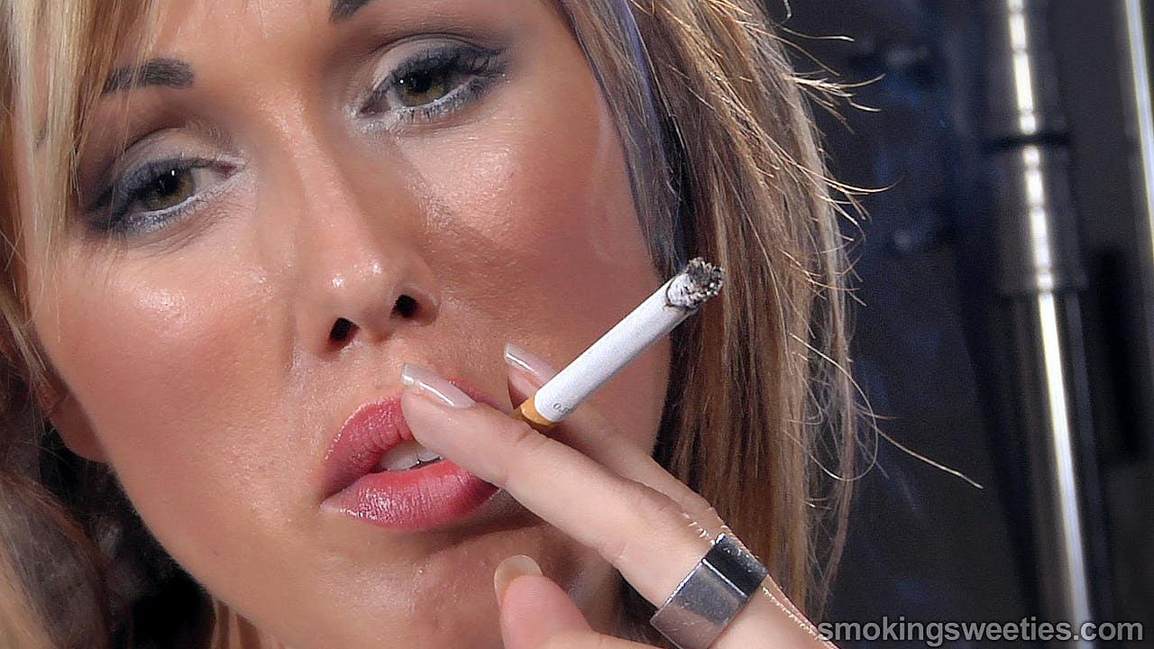Gwen: Kettenrauchendes Model