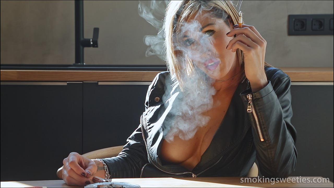 Gwen: Accomplished smoking model