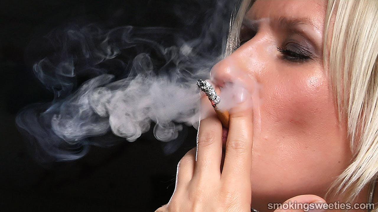 Iveta: Speed Smoking her 100s