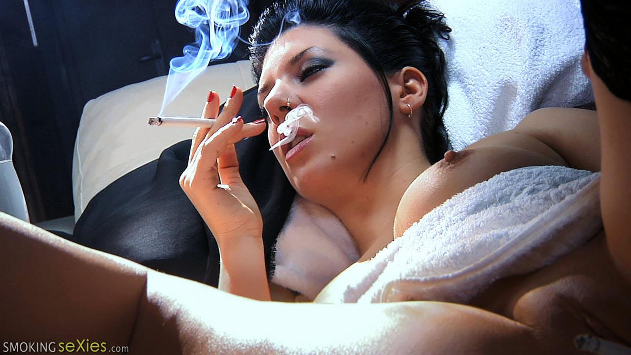 Saskia & Diana: Smoking Kisses
