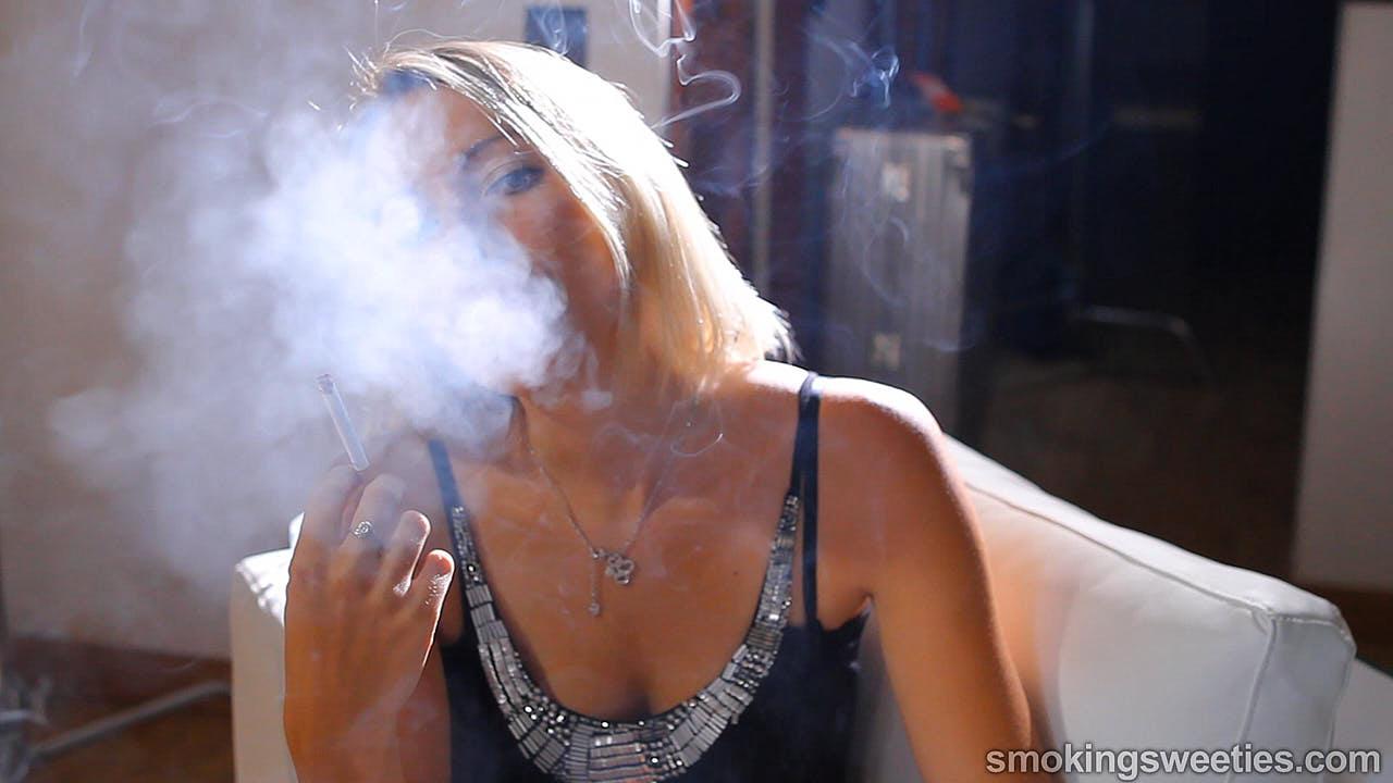 Natia: Junge Raucherin von nebenan
