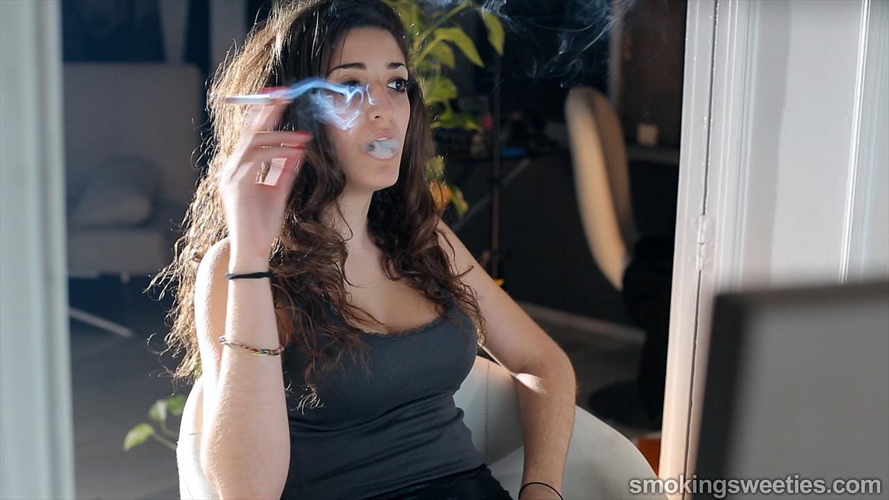 Sausan: Young smoking stunner