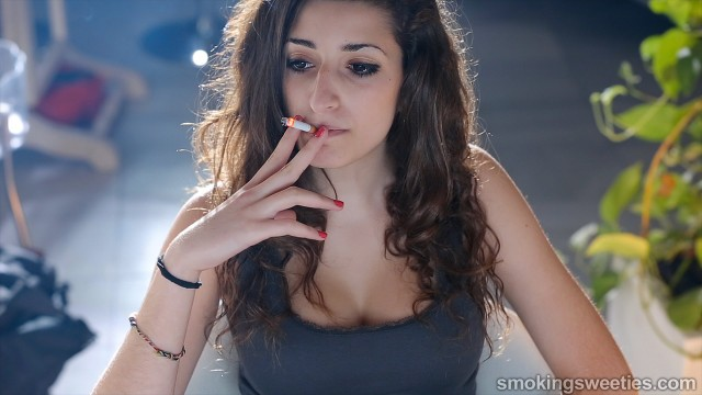 Sausan: Young smoking stunner