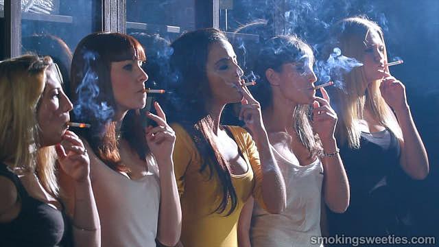 Fünf Raucherinnen im Weinkeller