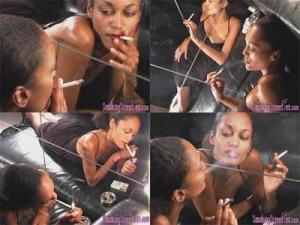 Besando cigarrillos, fumadora empedernida mirandose en el espejo