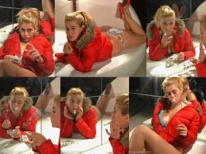 Luisa - Chica fumando en rojo